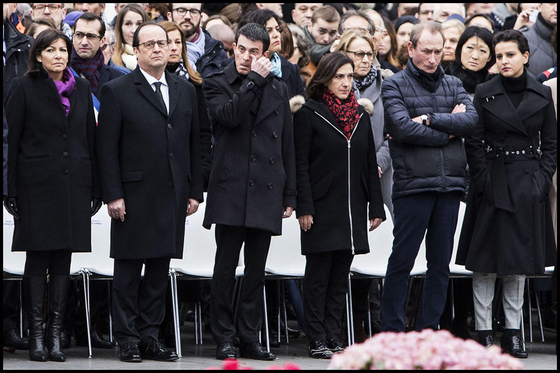 Le Président de la République François HOLLANDE rend un dernier hommage place de la République aux victimes des attentats de 2015, un an après la grande manifestation d'après Charlie.