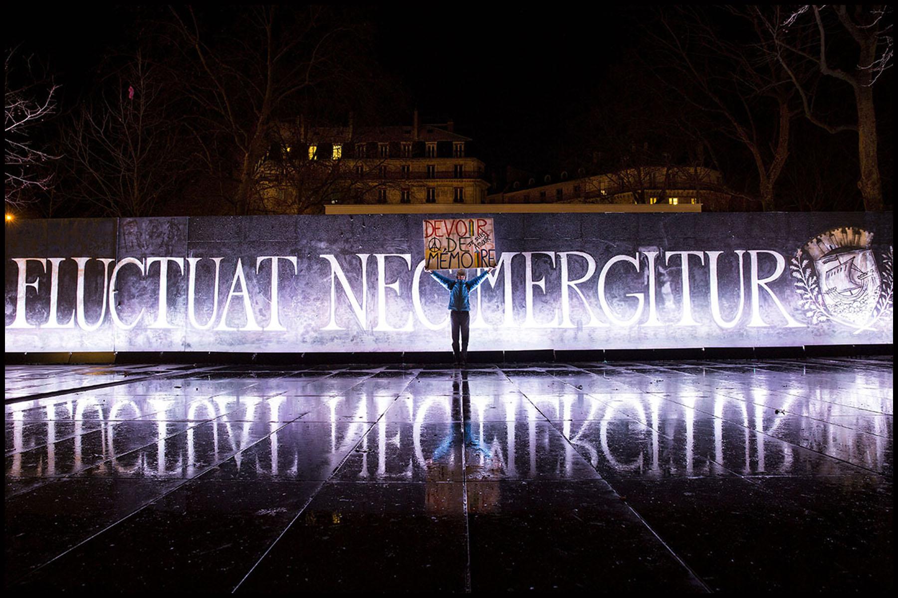 Autour de la place de la République le soir des hommages aux victimes du terrorisme un an après Charlie.