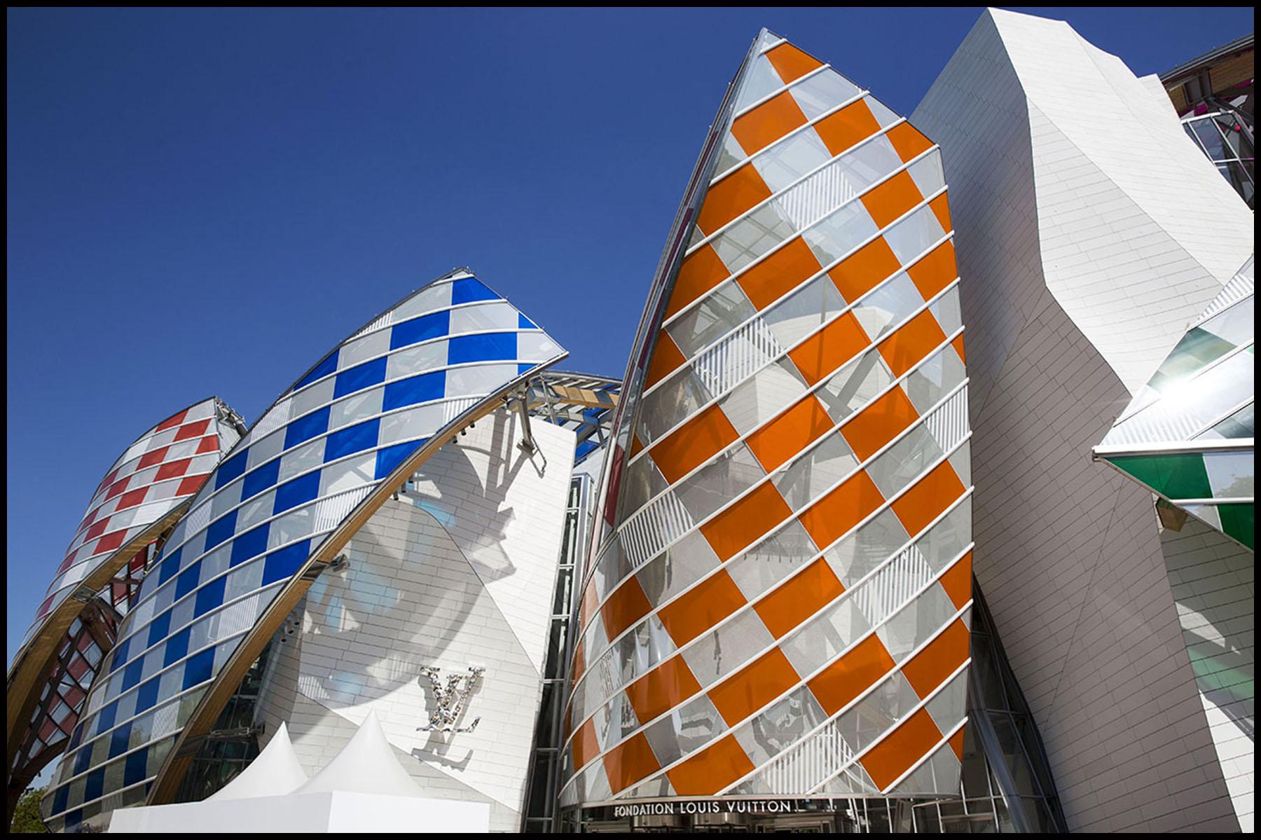 """La Fondation Louis Vuitton présente """" L'observatoire de la lumière"""", une œuvre temporaire de Daniel Buren sur le bâtiment de Frank Gehry dans le bois de boulogne."""