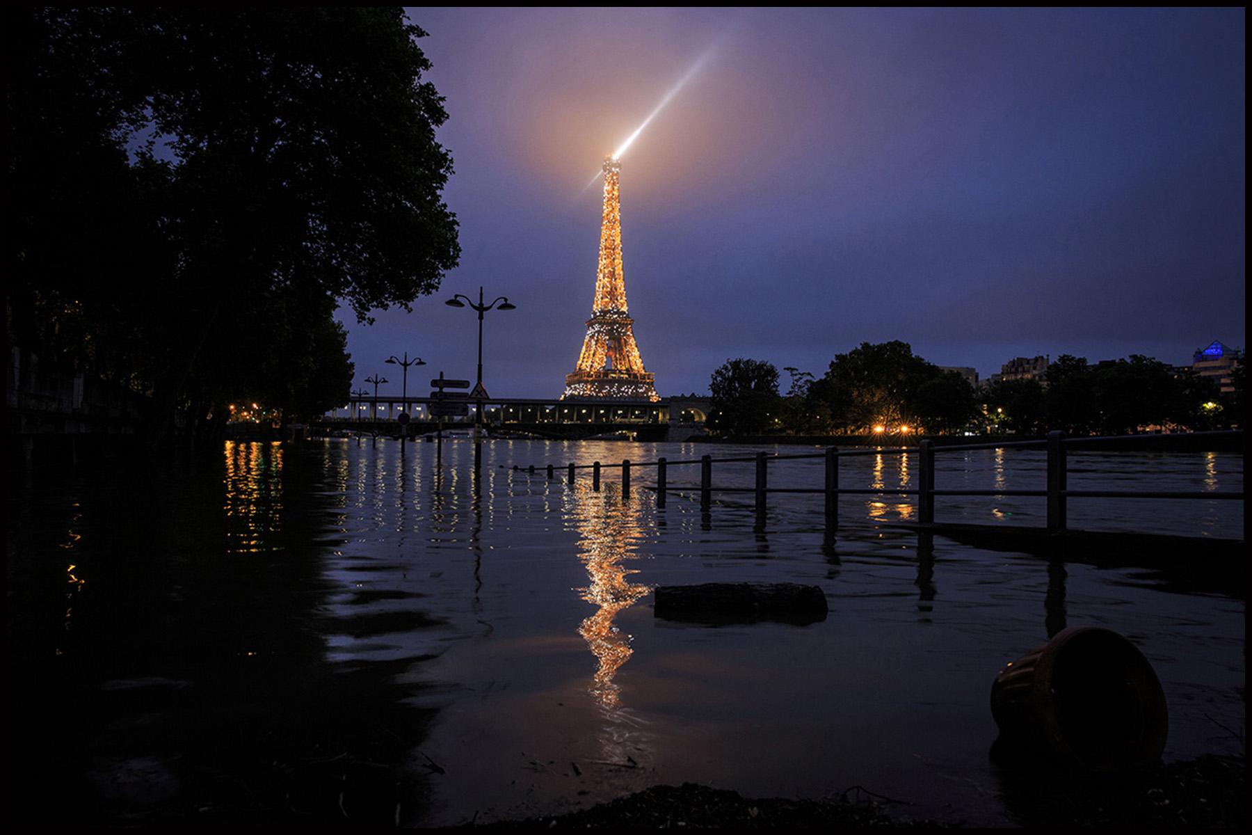 La Seine en crue à Paris atteint un niveau élevé mais loin des inondations de 1910.