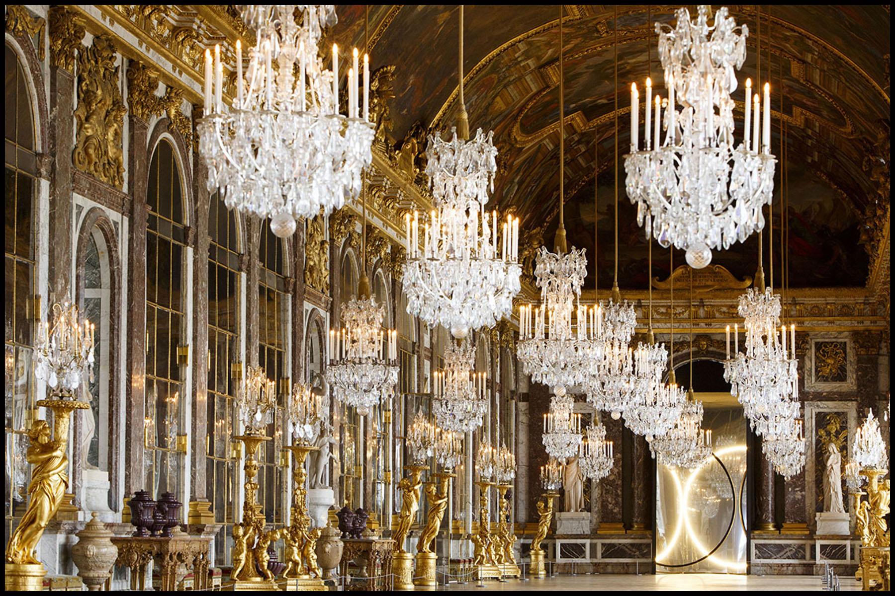 Les installations de l'artiste Olafur ELIASSON dans les salles du château de Versailles et dans les jardins.