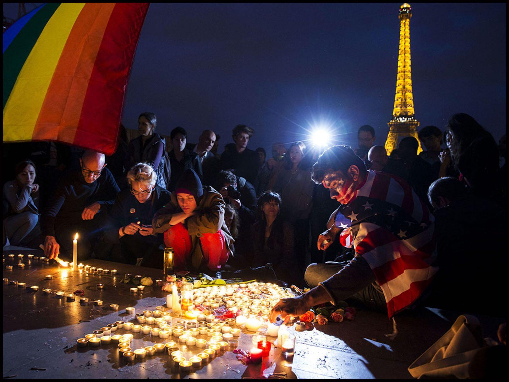 Rassemblement au Trocadéro sur le parvis des droits de l'homme en hommage aux victimes de la tuerie d'Orlando