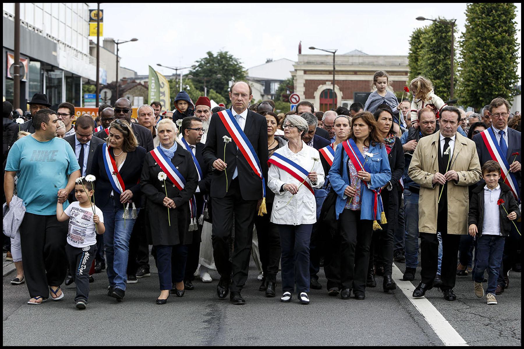 Marche organisée par la municipalité de Mantes-la-Jolie en hommage aux deux policiers Jean-Baptiste SALVAING et Jessica SCHNEIDER assassinés à leur domicile par Larossi ABALLA.