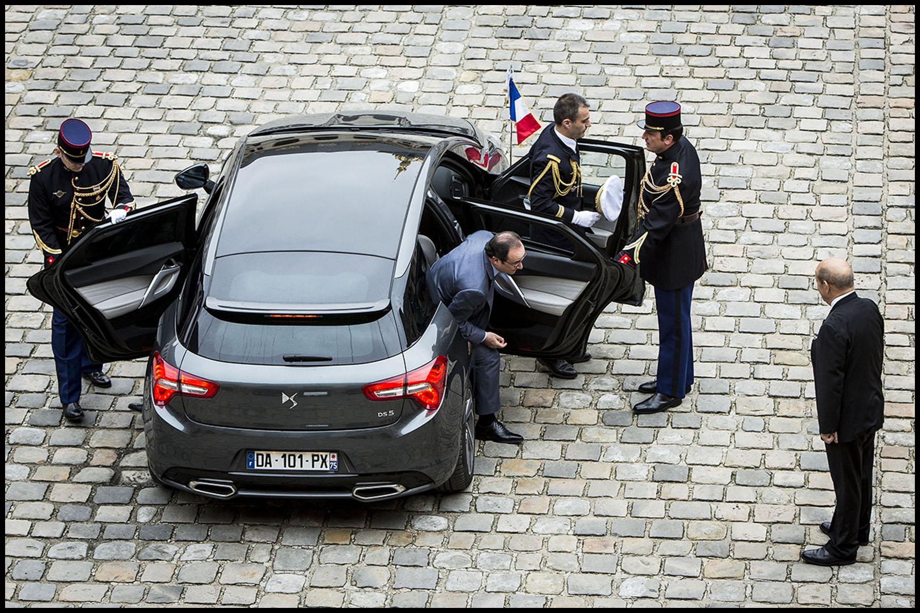 Le chef de l'État, François HOLLANDE, préside une prise d'armes à l'Hôtel national des Invalides