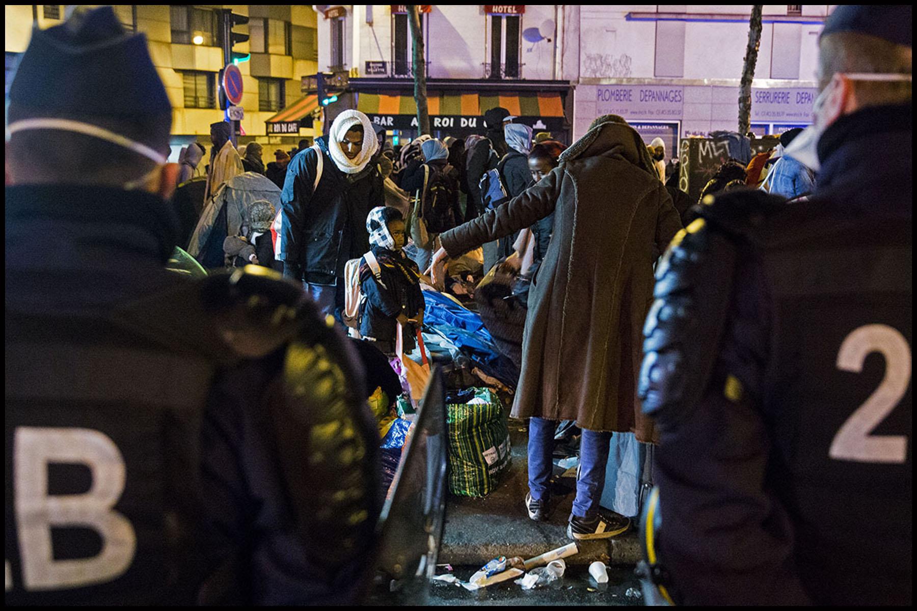 Evacuation par la police du campement de migrants de Stalingrad, avant leur transfert en bus vers des centres d'hébergement.