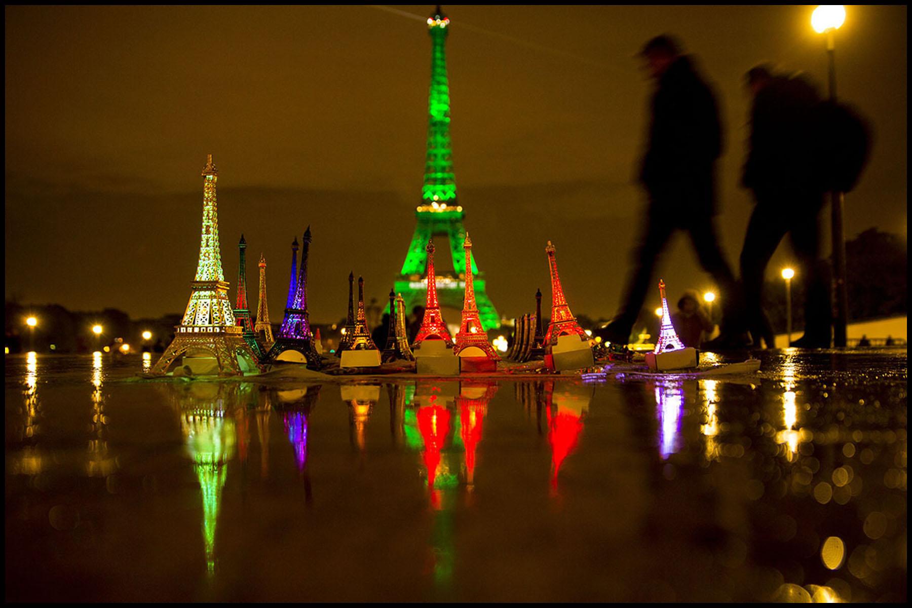 La Tour Eiffel et  l'Arc de Triomphe s'illuminent en vert pour  célébrer l'entrée en vigueur de l'accord de Paris sur le climat, conclu lors de la COP21.