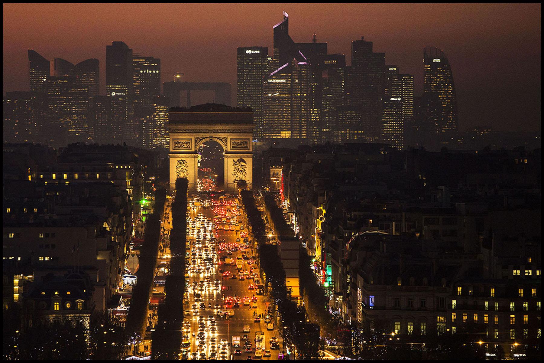 Illustration à Paris: Alignement des Champs Elysées, de l'Arc de Triomphe et du quartier des affaires de La Défense au coucher du soleil.