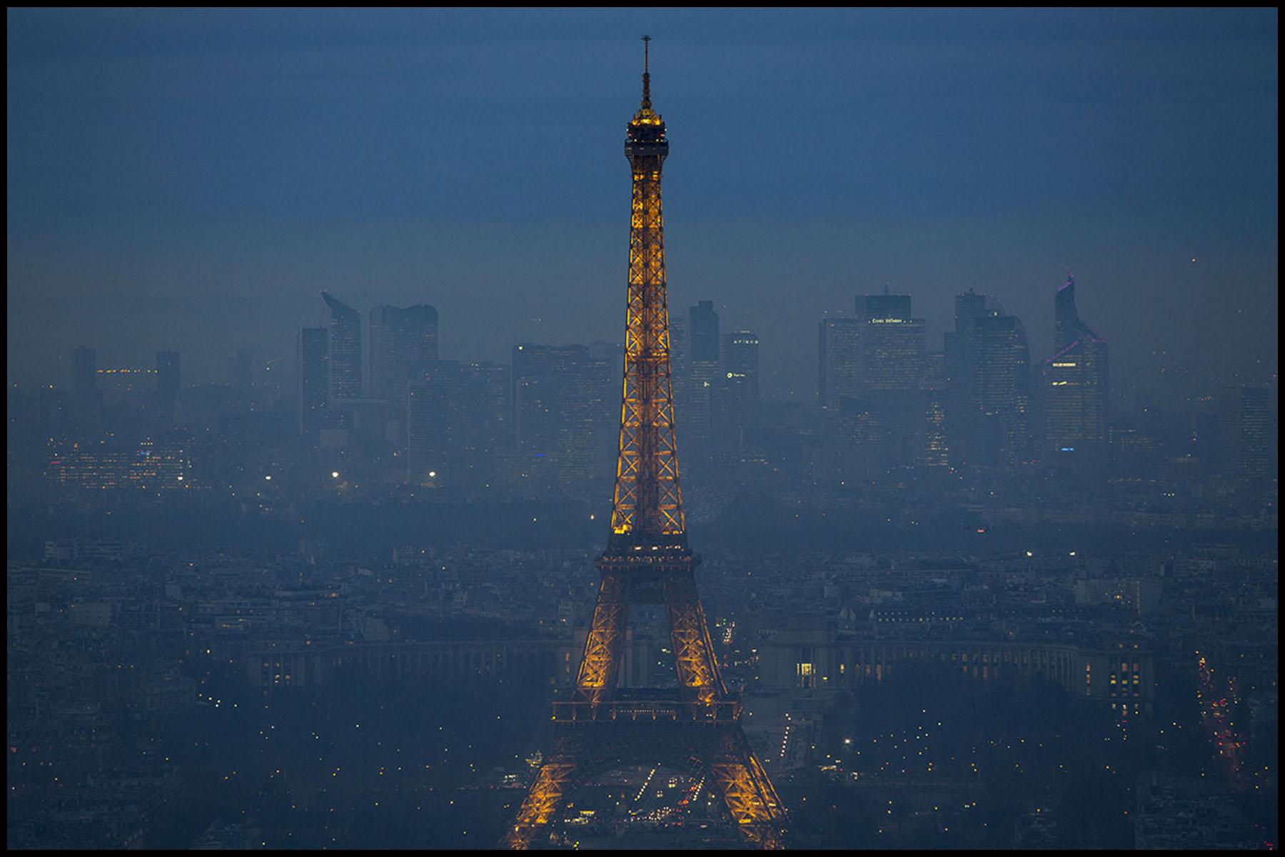Une couche de pollution d'une centaine de mètres de haut stagne sur Paris depuis plusieurs jours, entrainant la mise en place de la circulation alternée des automobiles dans la capitale.