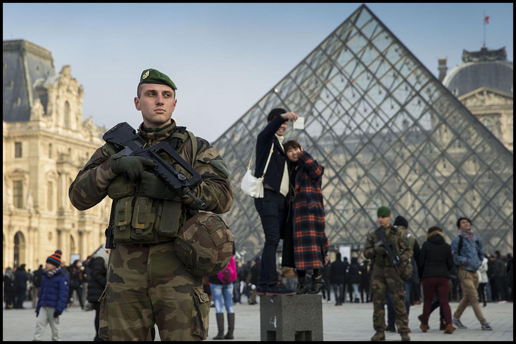 Visite de Jean-Yves LE DRIAN et Bruno LE ROUX aux militaires et policiers de l'opération Sentinelle avant le nouvel an à Paris