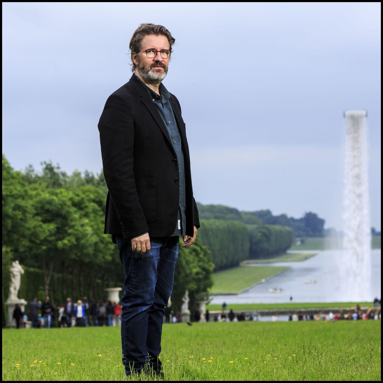 "Olafur ELIASSON devant son oeuvre "" Waterfall "" à Versailles"