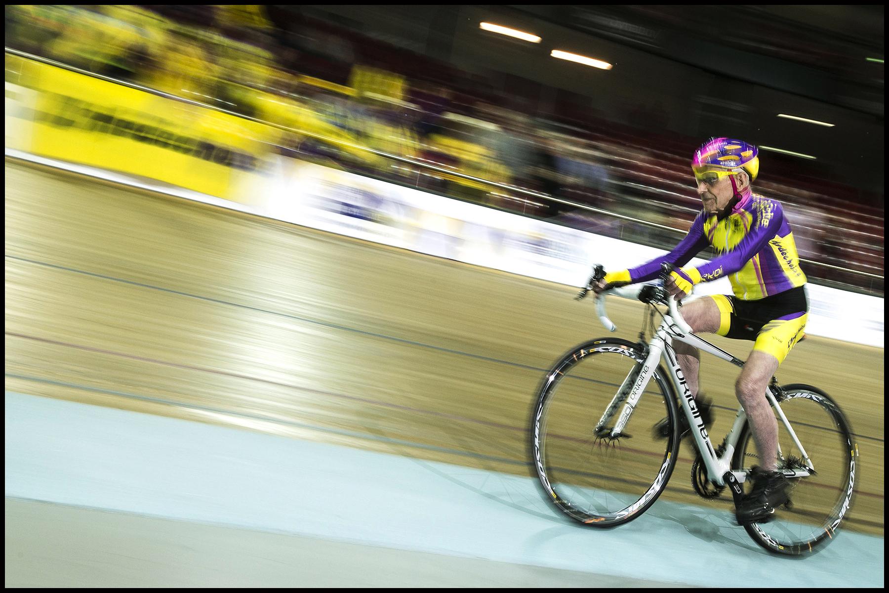 Robert MARCHAND, le cycliste français de105 ans a battu un nouveau record de l'heure dans sa catégorie : 22,547 kilomètres parcourus sur le vélodrome national de Saint-Quentin-en-Yvelines.