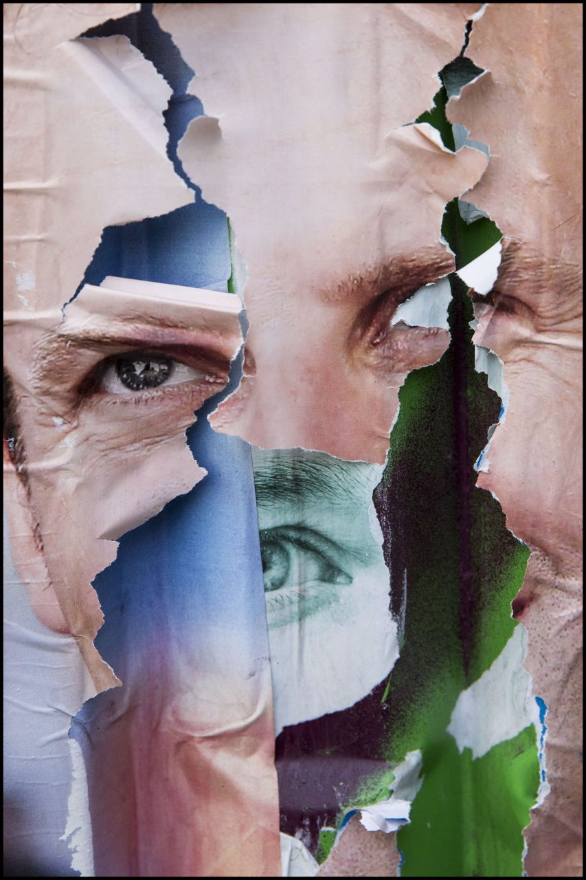 Les affiches des candidats à l'élection présidentielle de 2017 déchirées, lacérées, comme un hommage à l'artiste Jacques Villeglé, mais aussi souvent l'expression de la violence du débat politique.