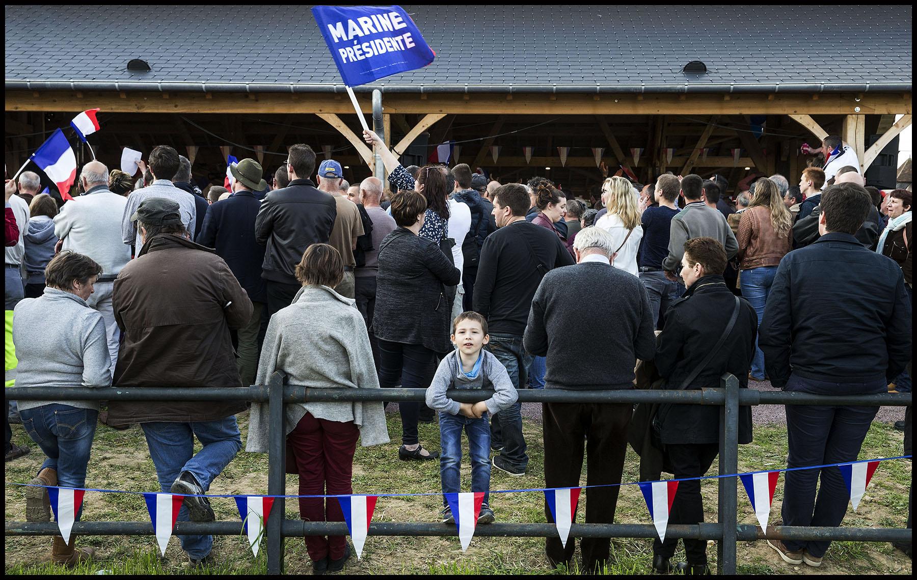 Des sympathisants du Front National pendant une réunion publique de Marine Le PEN sur le thème de la ruralité à La Bazoche-Gouet