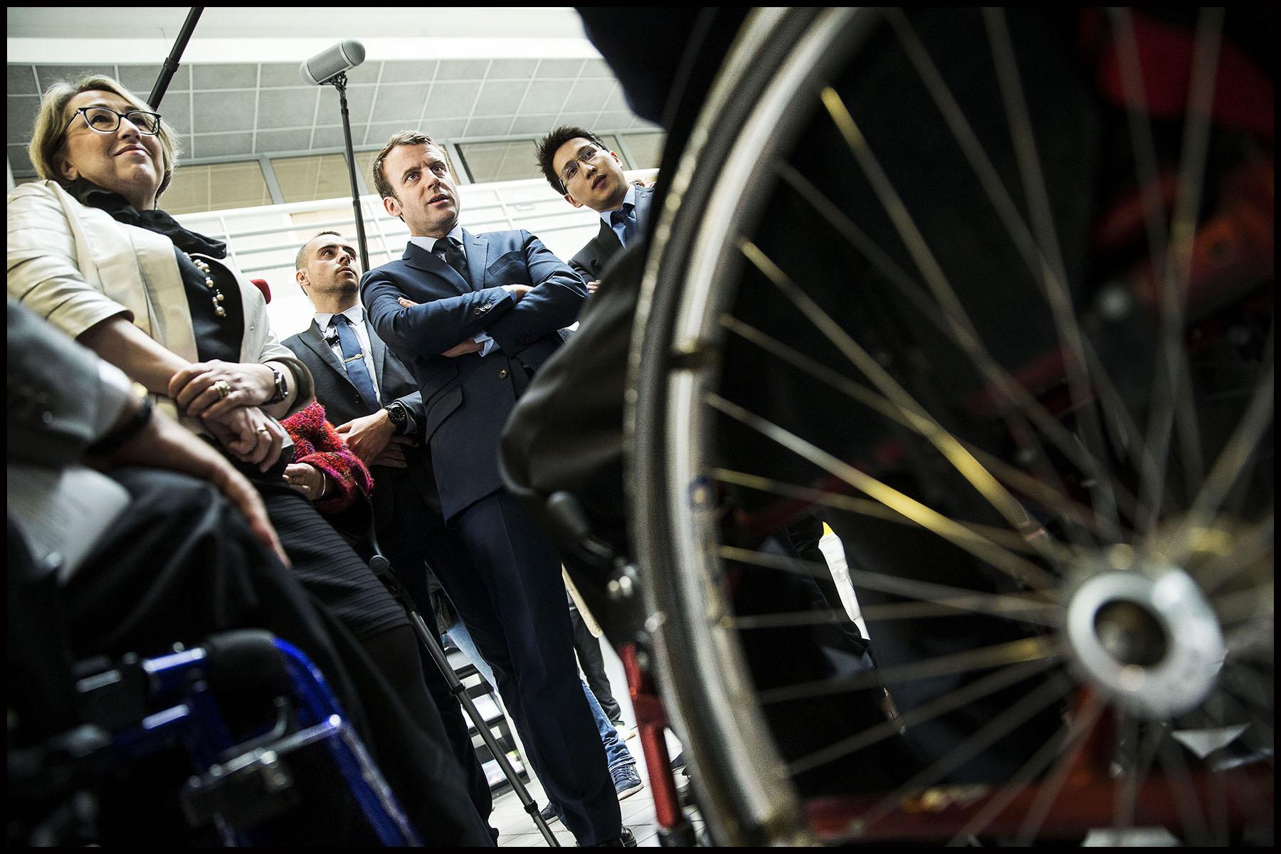 Le candidat du mouvement En Marche Emmanuel MACRON visite le site de l' APF ENTREPRISE 93, entreprise de travail protégé de l'Association des Paralysés de France.