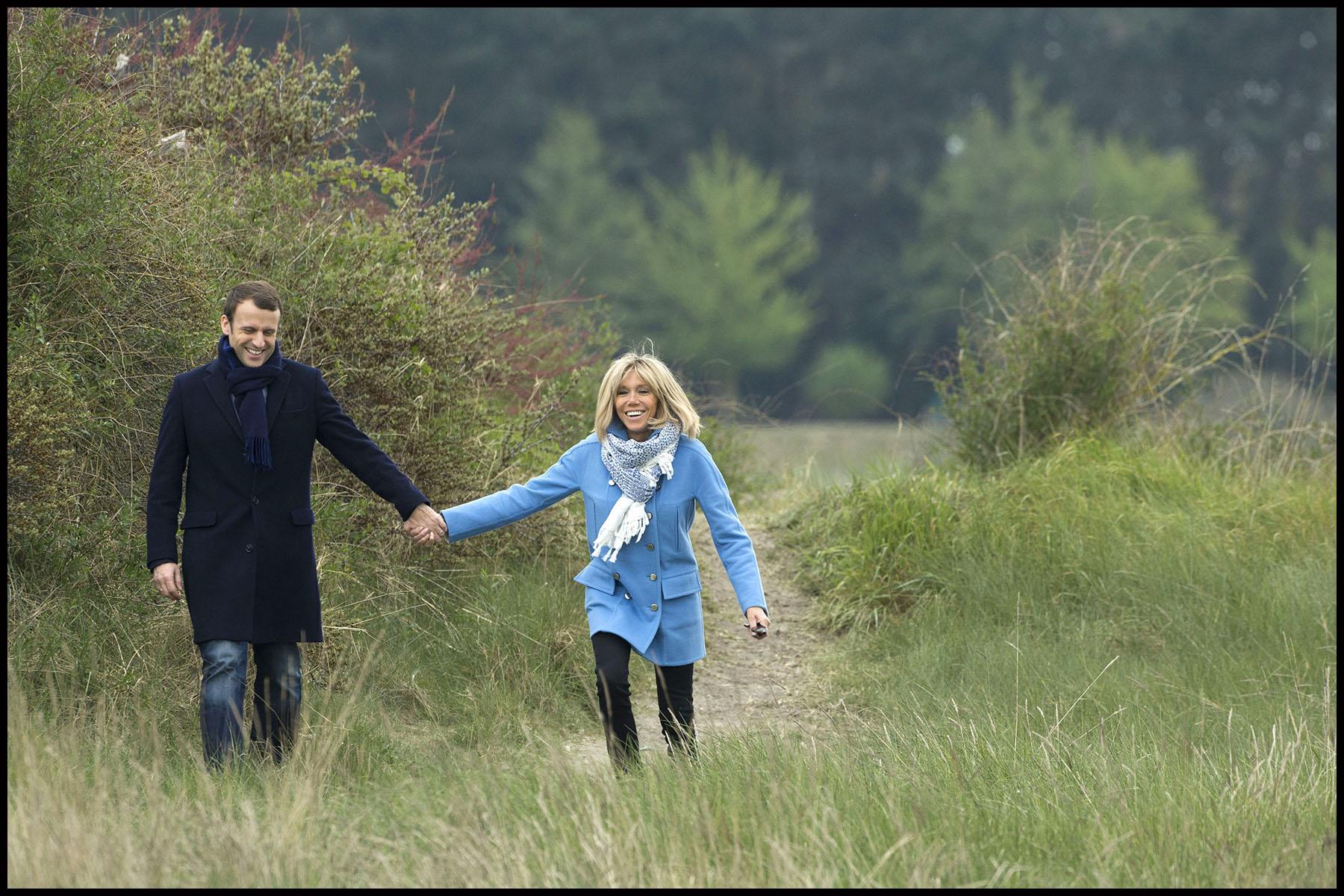 Emmanuel MACRON et son épouse Brigitte TROGNEUX-MACRON posent pour les photographes au Touquet.