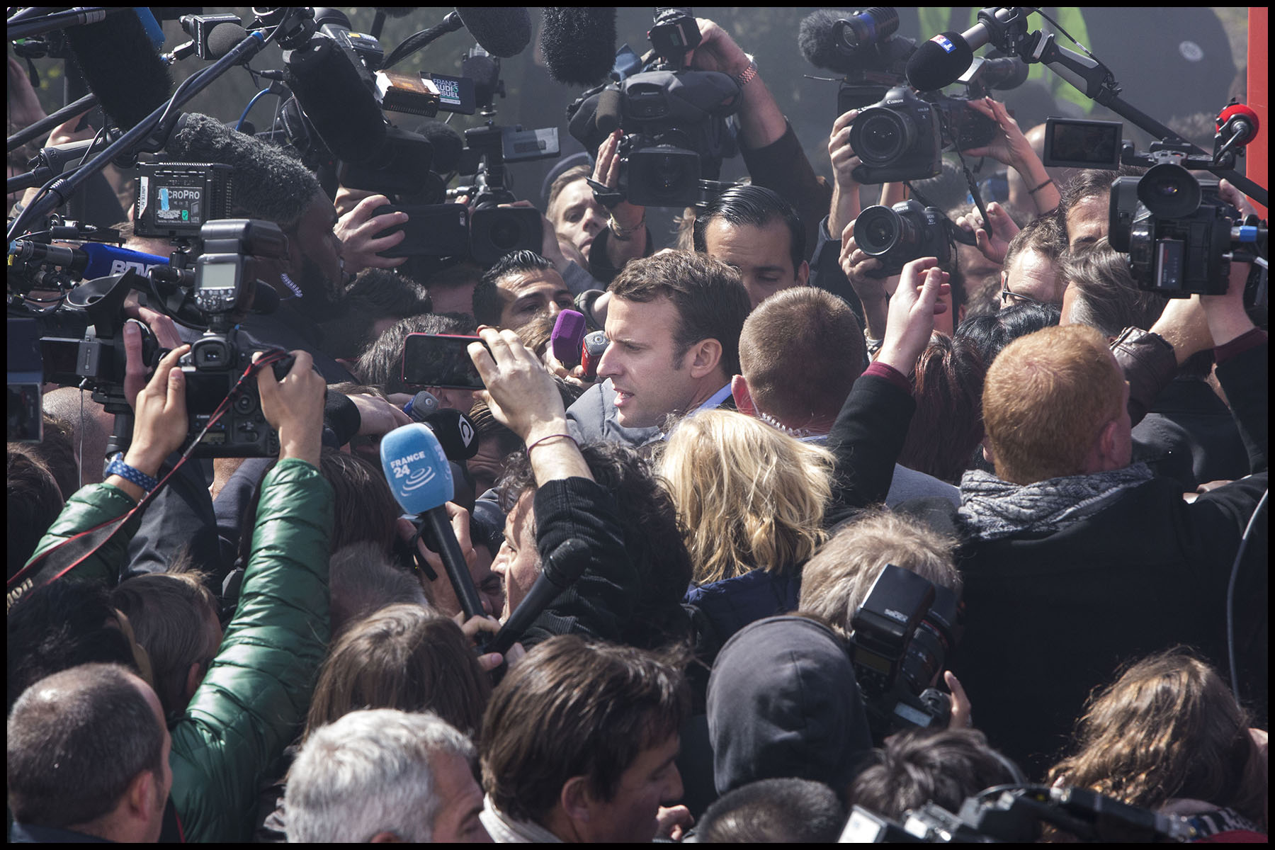 Emmanuel MACRON face aux salariés de Whirlpool devant leur usine d'Amiens.
