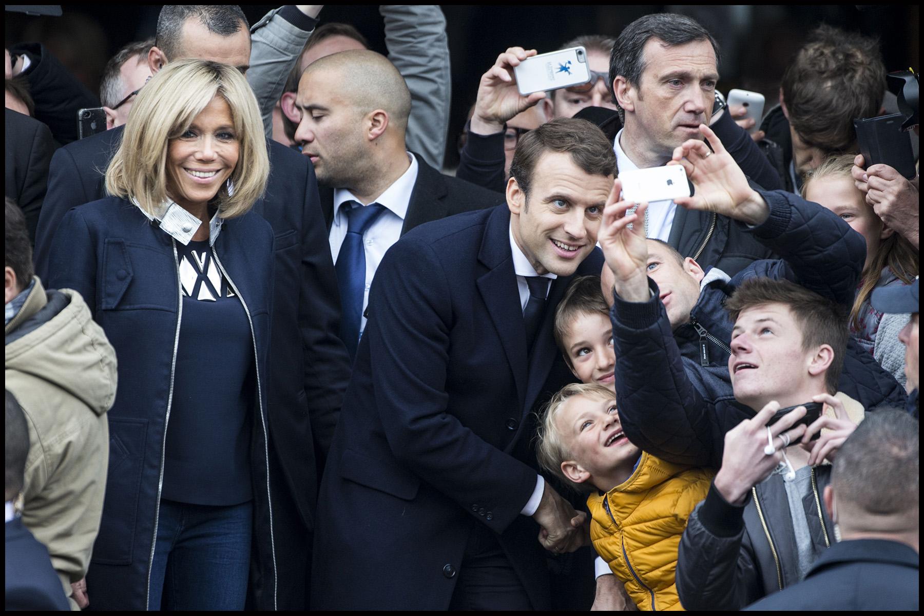Brigitte et Emmanuel MACRON sortent du bureau de vote, lors du second tour de l'élection présidentielle de 2017.