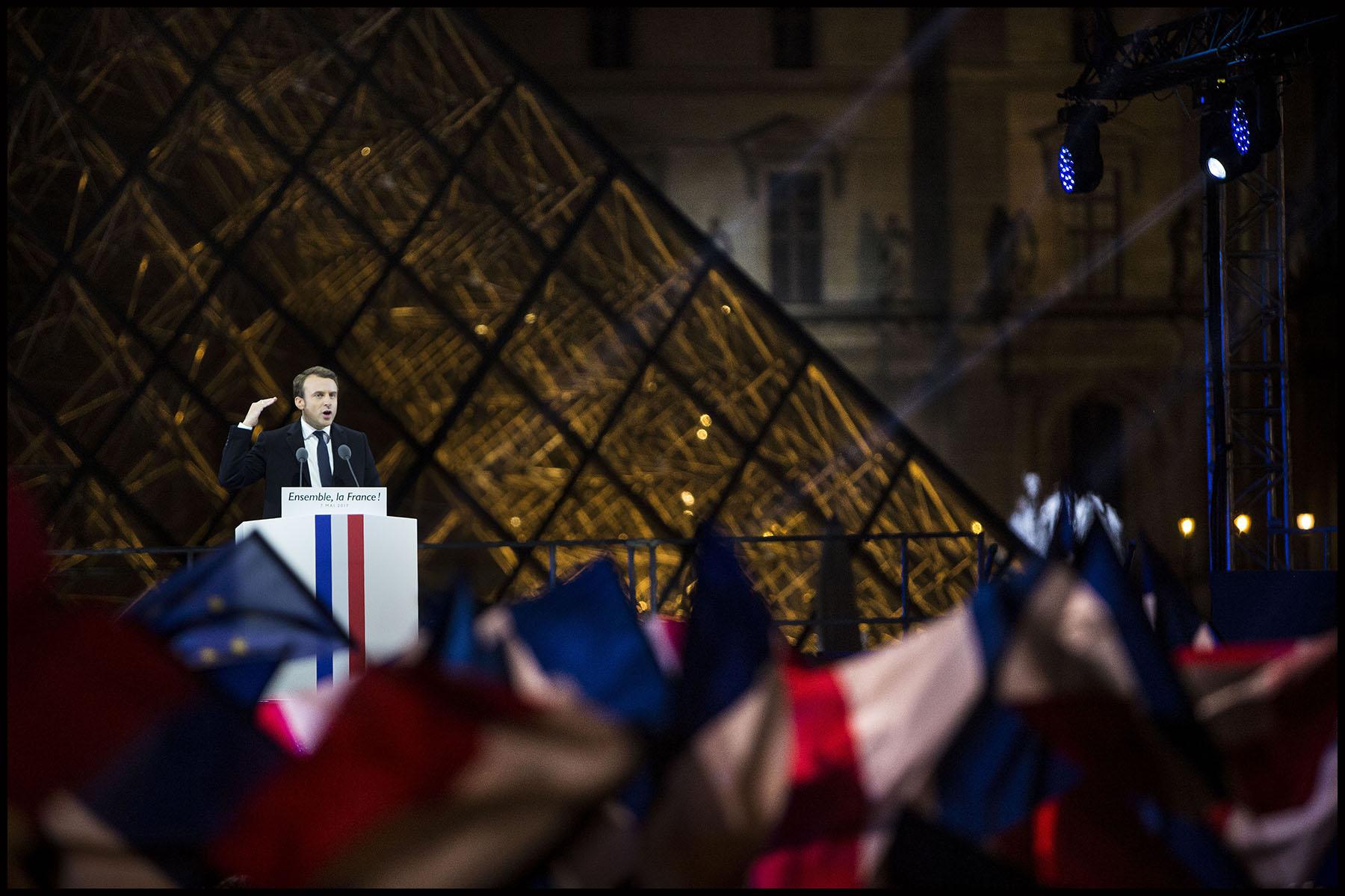 Emmanuel MACRON à la pyramide du Louvre pour fêter sa victoire à l'élection présidentielle.