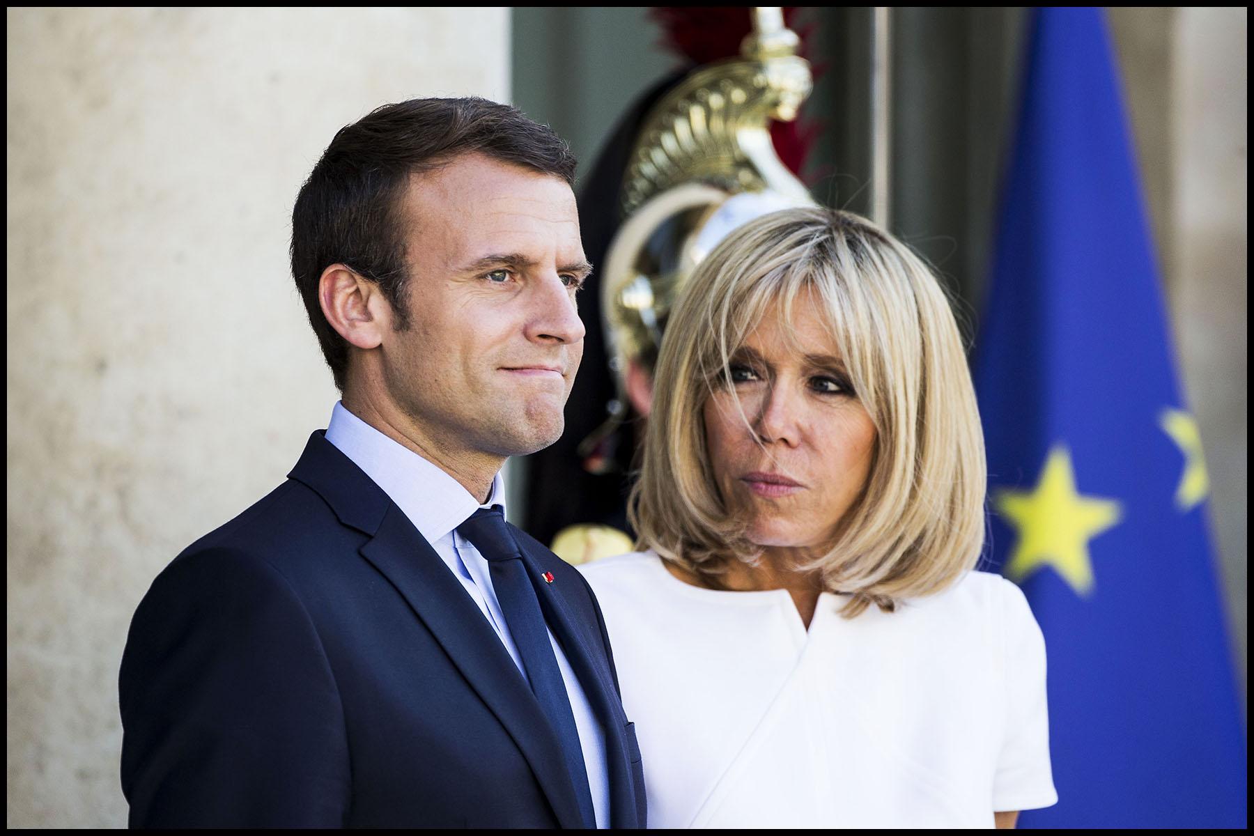Le président Emmanuel MACRON et son épouse Brigitte sur le perron de l'Elysée.