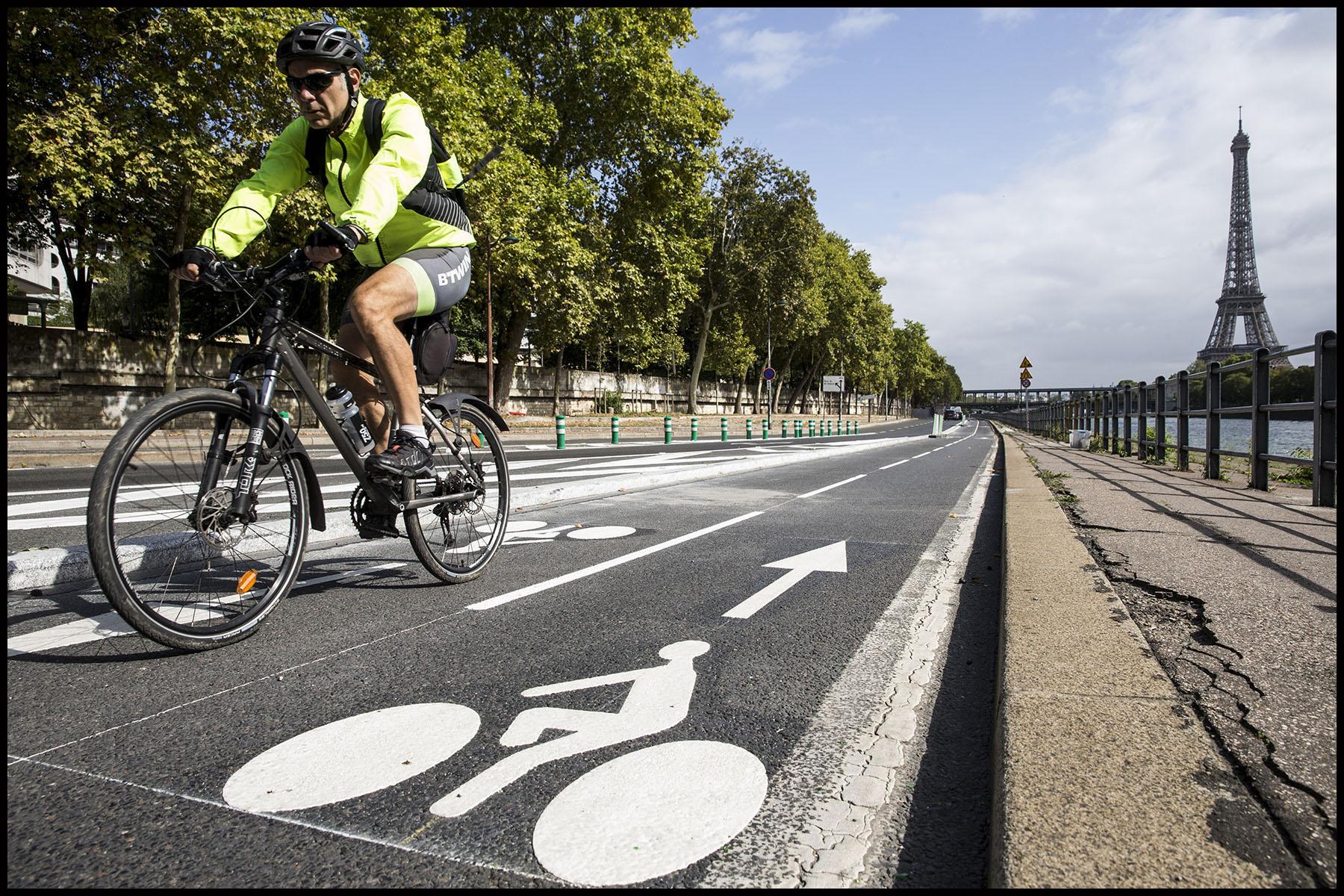 La circulation en vélo à Paris facilitée par la construction de nombreuses pistes cyclables.