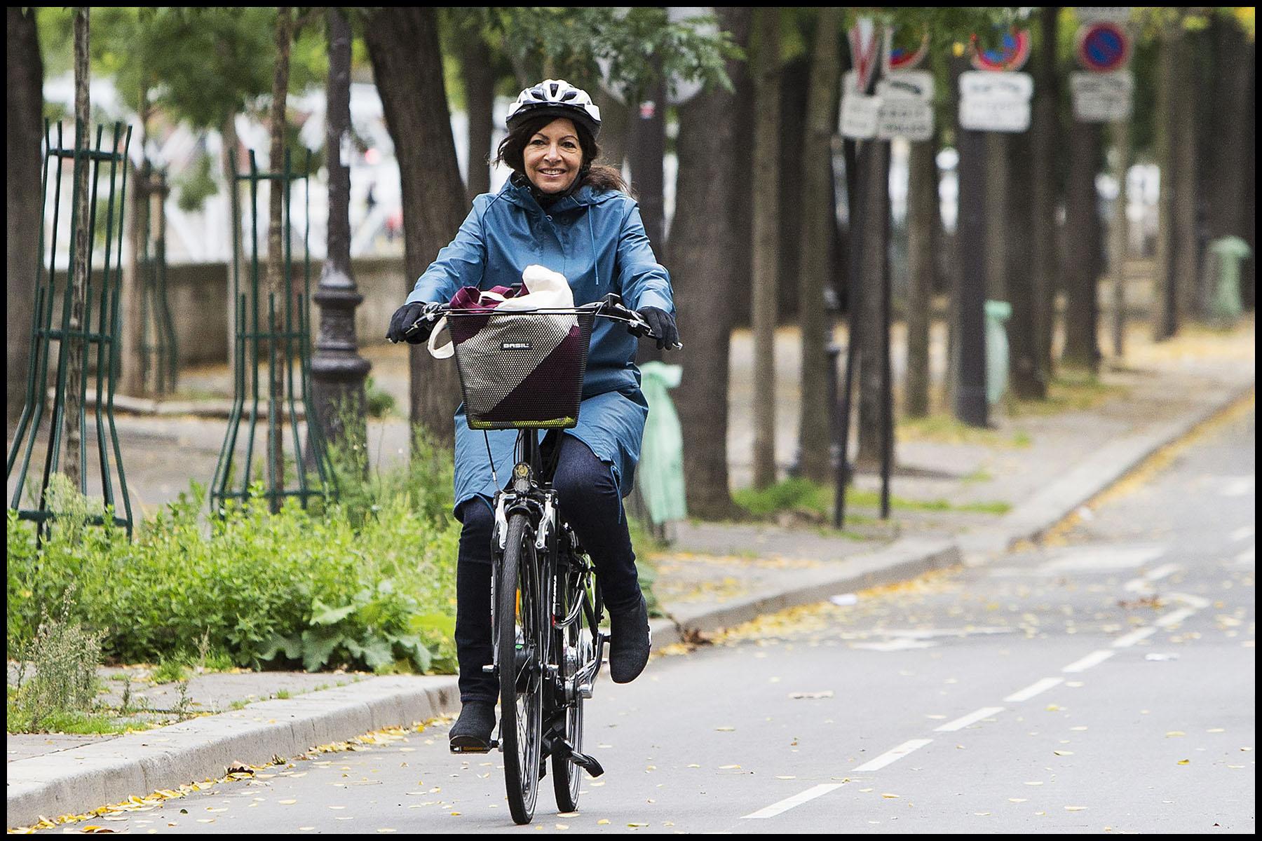 Anne HIDALGO, la maire de Paris en Vélo.