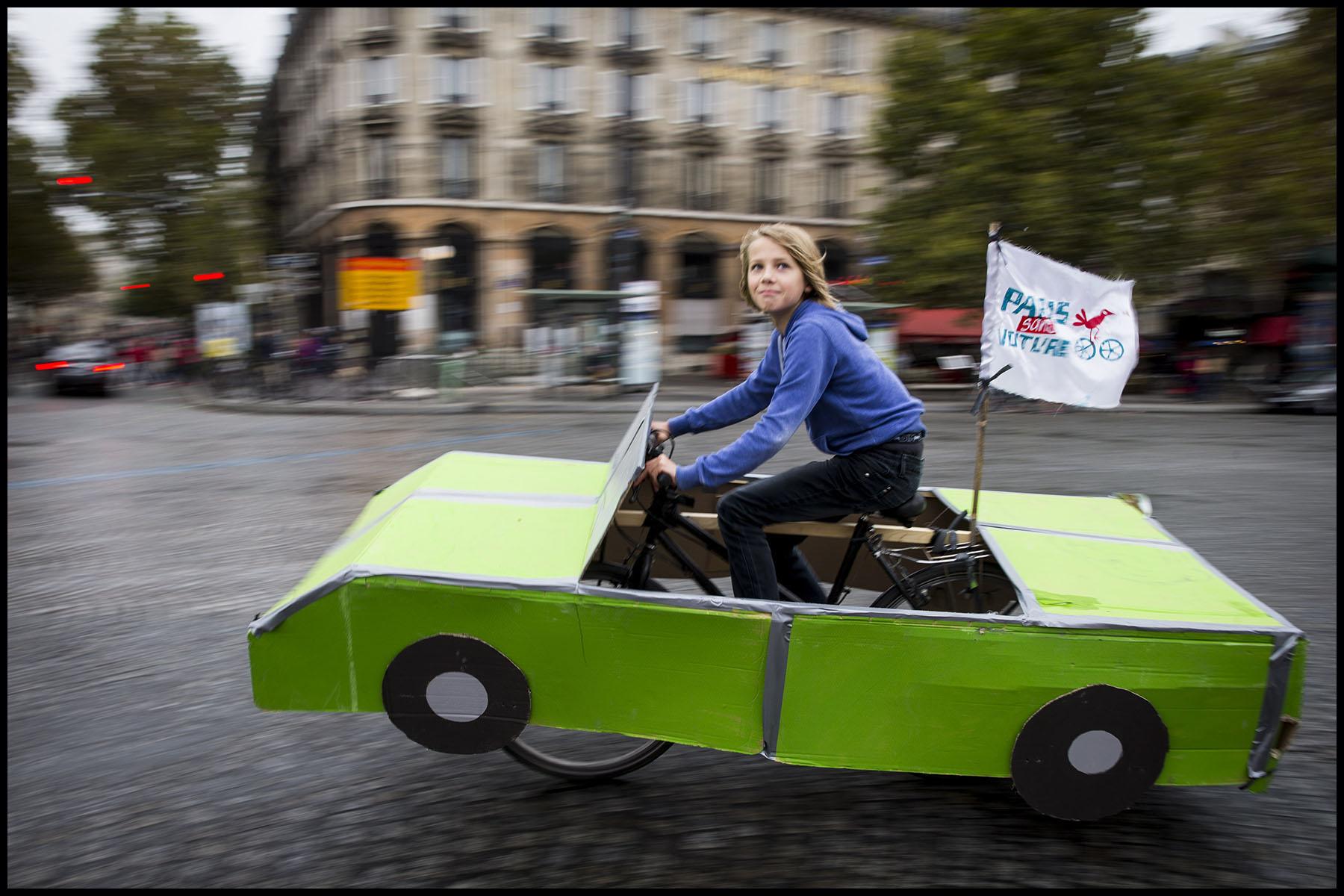 Manifestation des partisans de la 3ème édition de Paris sans voiture place de la Bastille.