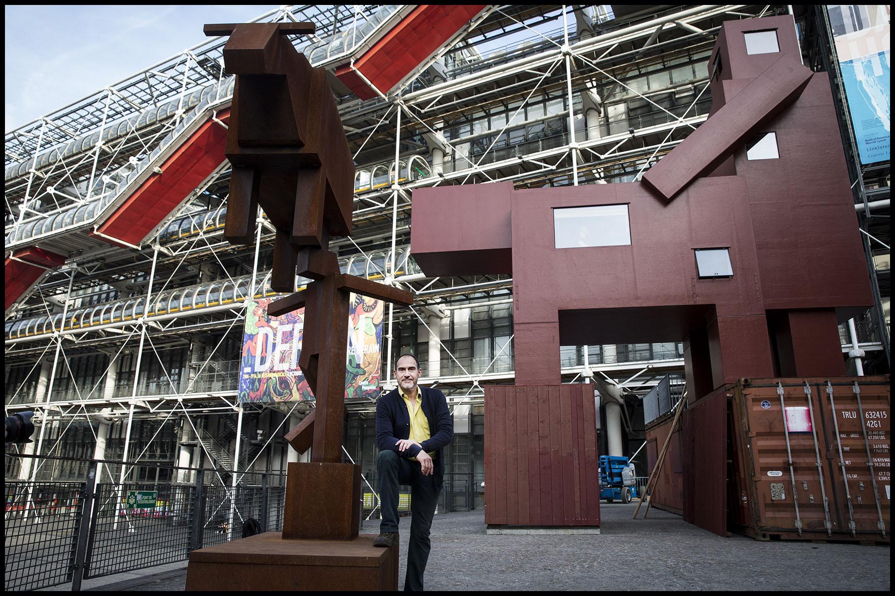 Le Domestikator,  l'oeuvre de l'artiste néerlandais Joep VAN LIESHOUT devant le centre Georges Pompidou à Beaubourg.