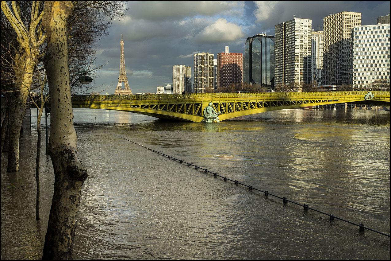 Une nouvelle crue de la Seine provoque des inondations à Paris.