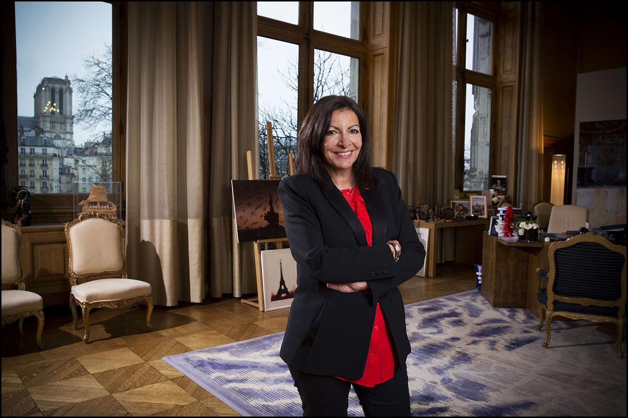 La maire de Paris Anne HIDALGO dans son bureau de l'hôtel de ville.