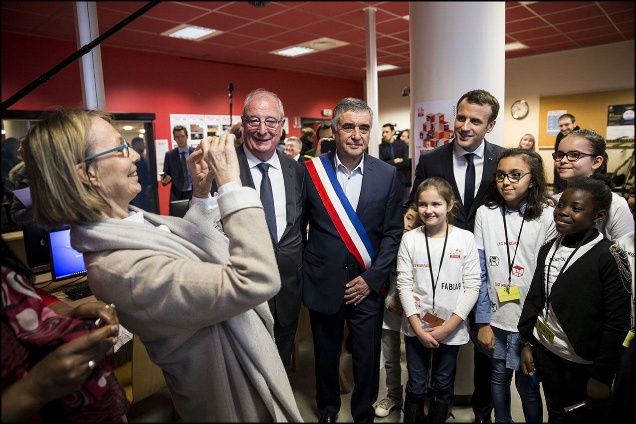 Le Président de la République Emmanuel MACRON à la médiathèque des Mureaux.