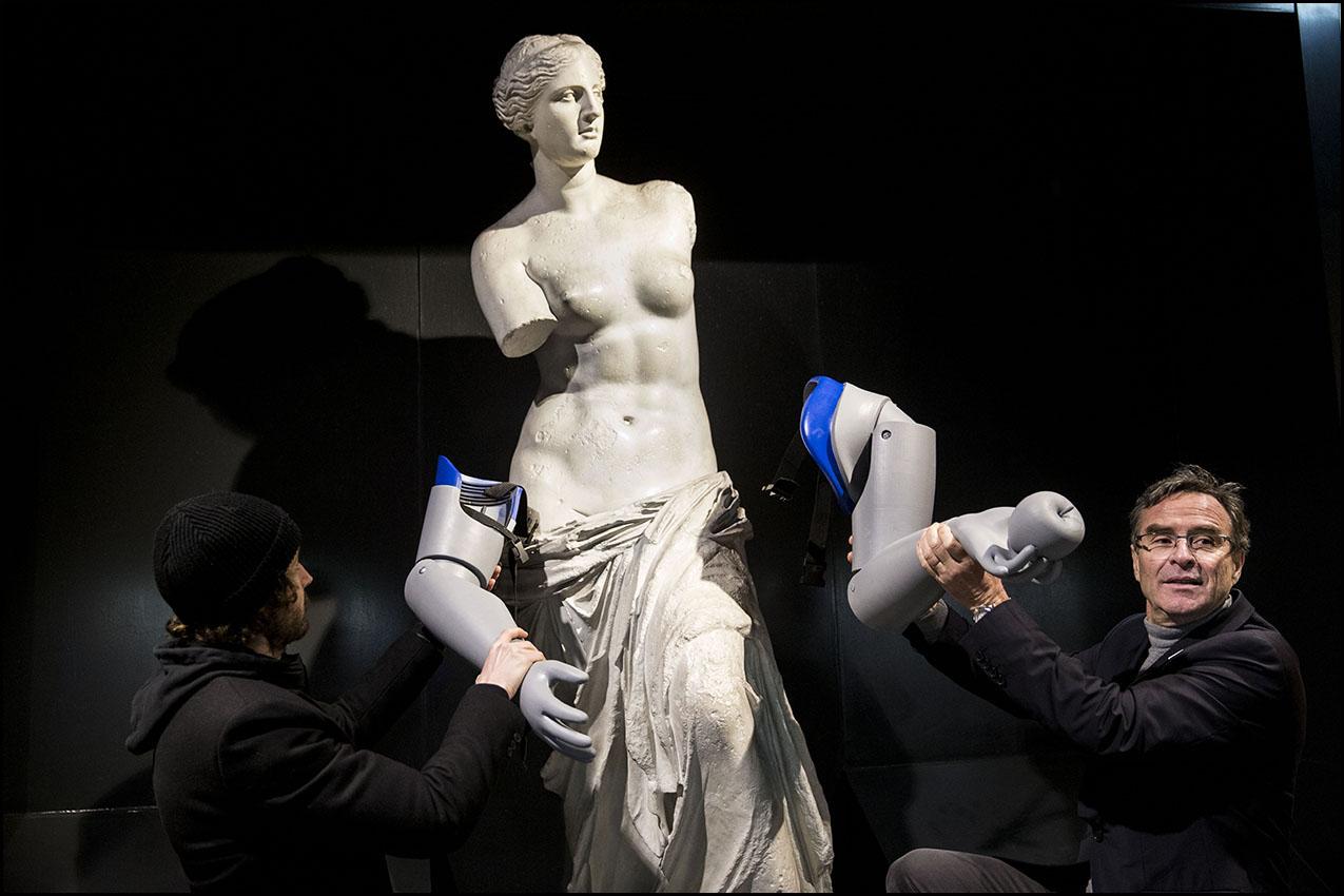 L'ONG Handicap International a équipé de prothèses 3D une reproduction de la Vénus de Milo à la station de métro Louvre, pour interpeller le grand public sur les quelques 100 millions de personnes ayant besoin d'appareils orthopédiques dans le monde.
