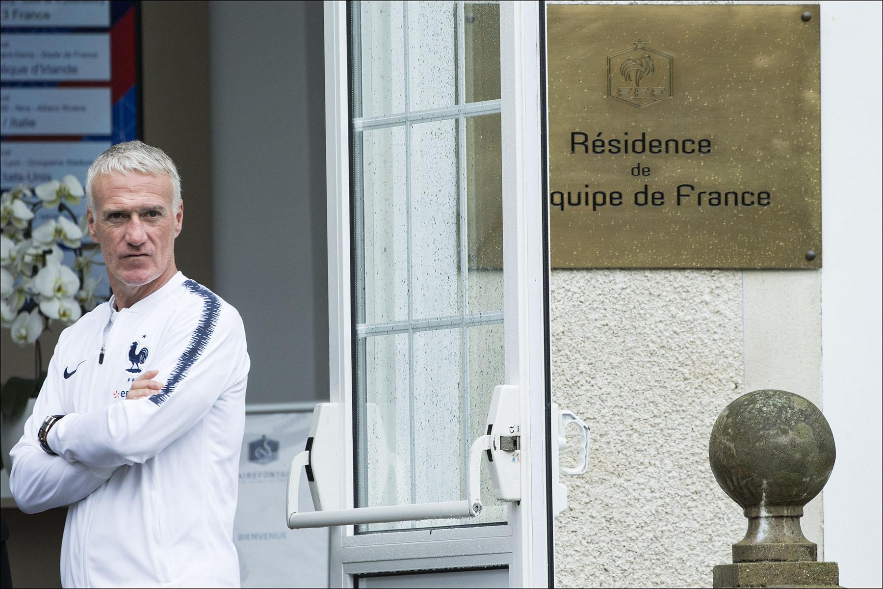 Emmanuel et Brigitte MACRON avec l'équipe de France de football à Clairefontaine.