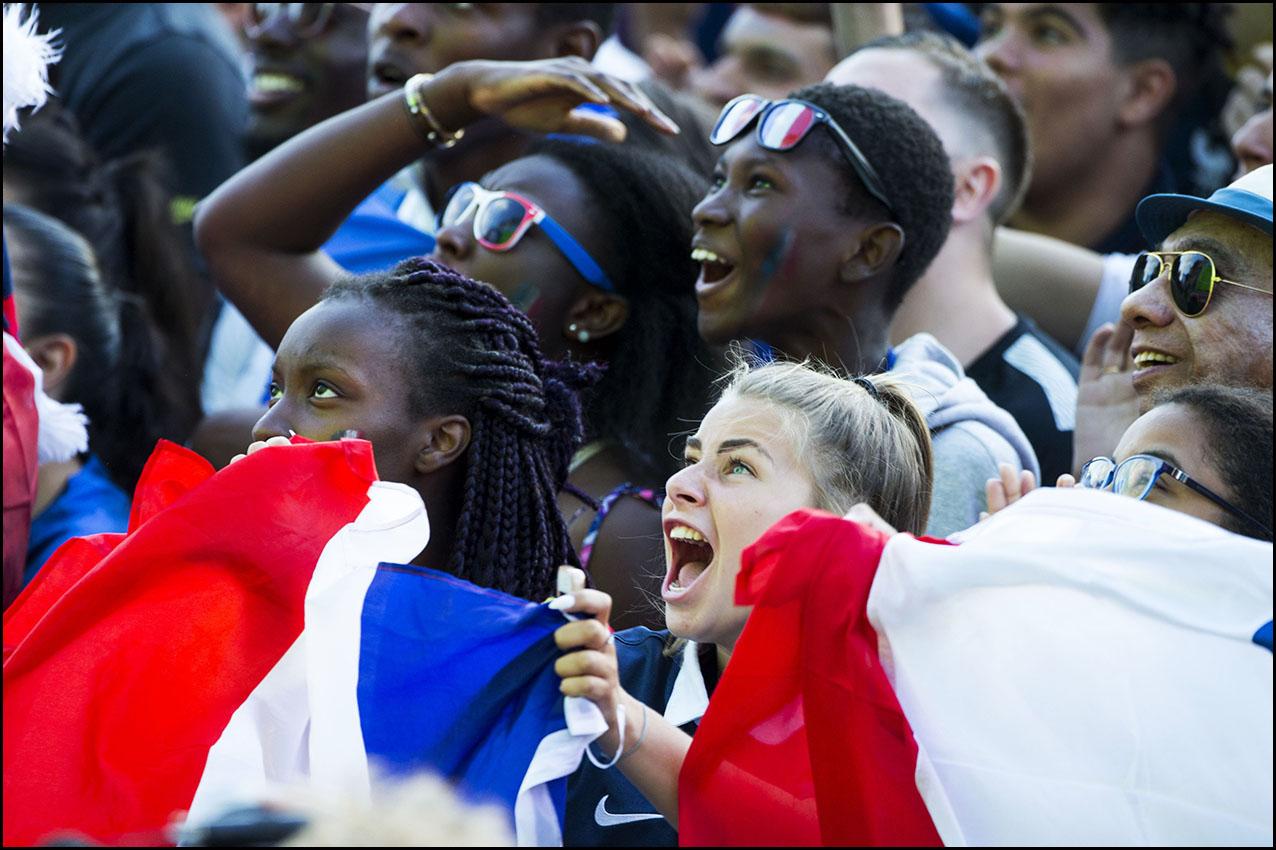 Supporters réunis devant l'écran géant pour la demi finale du mondial de football.