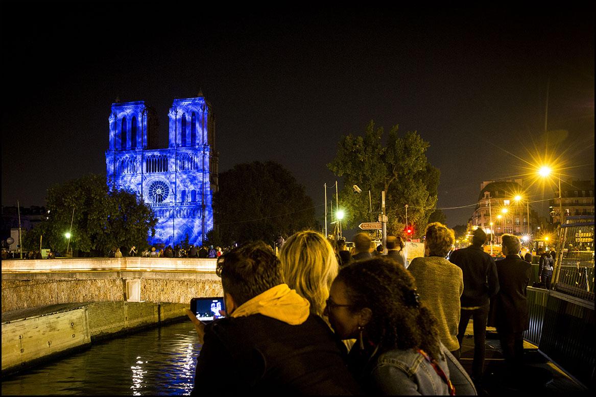 Le spectacle Dame de Coeur de Bruno SEILLIER sur la façade de Notre Dame de Paris.