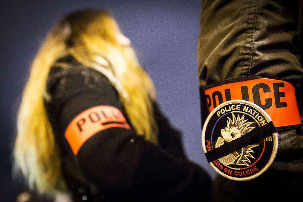 Manifestation interdite de policiers en colère.