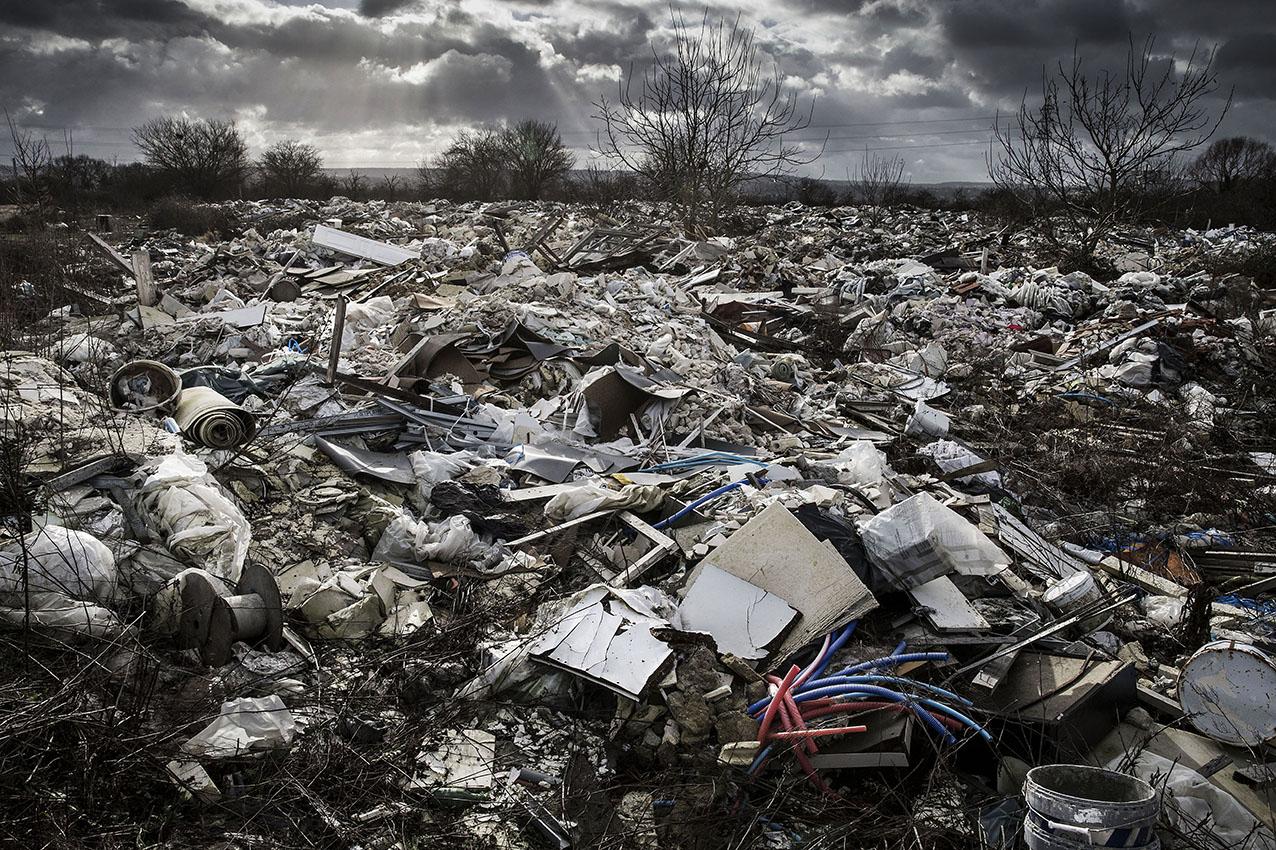 Une des plus grandes décharges sauvages de France aux portes de Paris  Depuis une dizaine d'année, des entrepreneurs vident leurs déchets, issus pour la plupart du BTP dans cette décharge sauvage illégale. On estime à 8000 tonnes la masse d'ordures qui s'étend sur une hauteur de 2m et plusieurs hectares à quelques centaines de metres d'un centre officiel de traitement et de valorisation des déchets AZALYS.