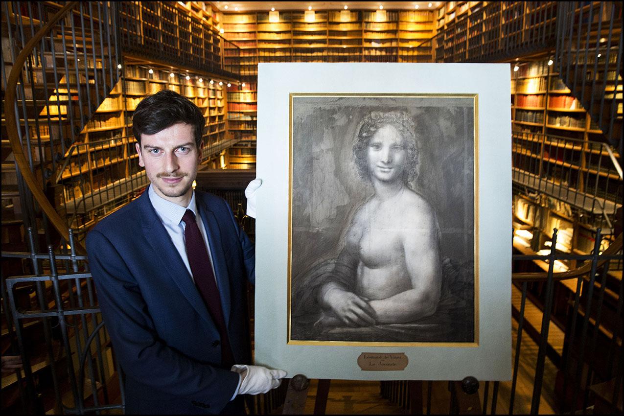 """Mathieu DELDICQUE, le conservateur du patrimoine au musée Condé du château de Chantilly présente """"La Joconde Nue"""", un carton attribué à Léonard de VINCI lors de son achat par le duc d'AUMALE en 1862."""
