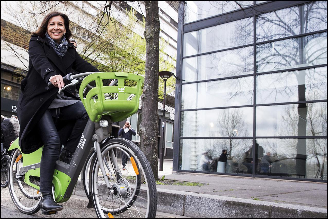 Anne HIDALGO inaugure une nouvelle piste cyclable bidirectionnelle sur la rive gauche, un nouveau tronçon du réseau express vélo.