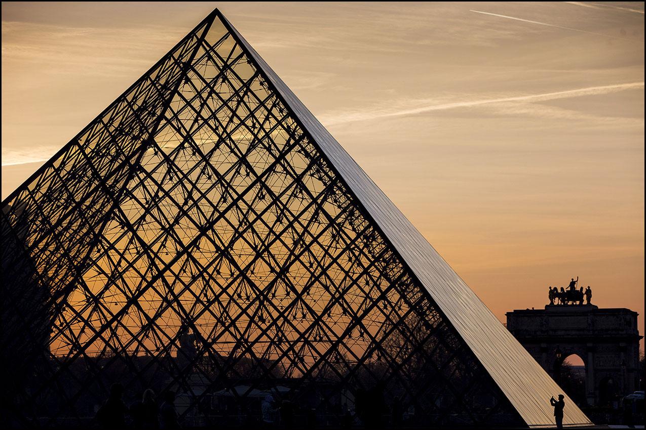 La pyramide du Louvre conçue par l'architecte américain Ieoh Ming PEI, à l'occasion du trentième anniversaire de  son inauguration.