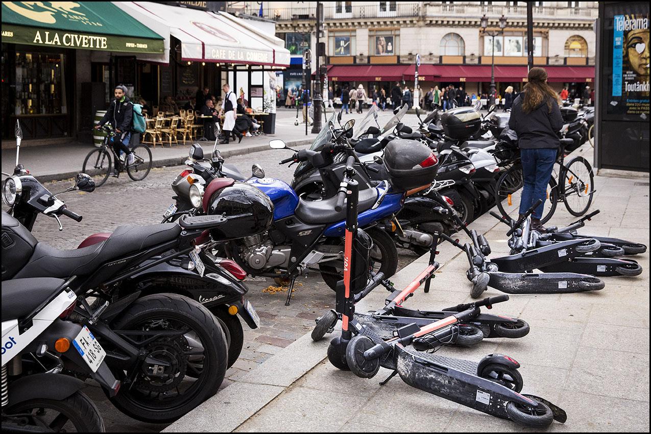 La mairie de Paris souhaite mettre en place une réglementation concernant la circulation et le stationnement des trottinettes et des autres moyens de mobilité en libre-service à Paris.