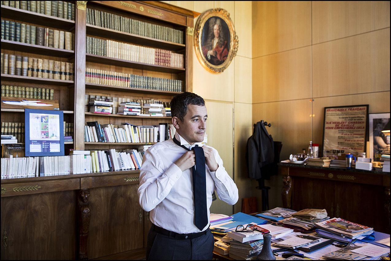 Gérald DARMANIN, ministre de l'action et des comptes publics ajuste sa cravate avant une interview avec le JDD, dans son bureau à Bercy.