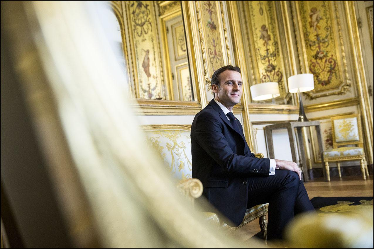 Le président de la république Emmanuel MACRON dans le salon doré du palais du l'Elysée.