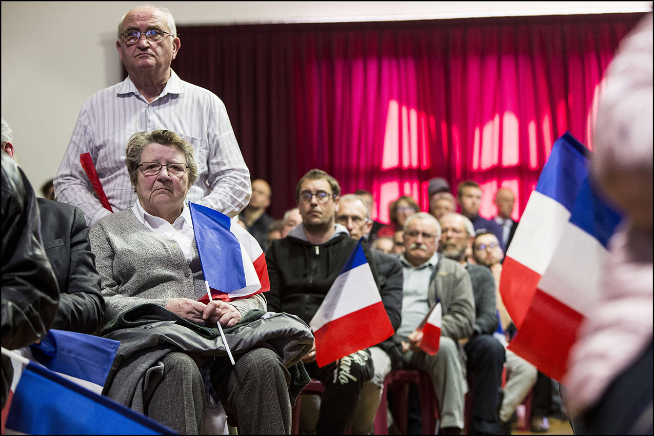Meeting de campagne de Marine LE PEN pour les élections européennes dans le petit village de Saint Paul du Bois dans le Maine-et-Loire.  Des sympathisants du parti sont venus assister à la réunion publique.