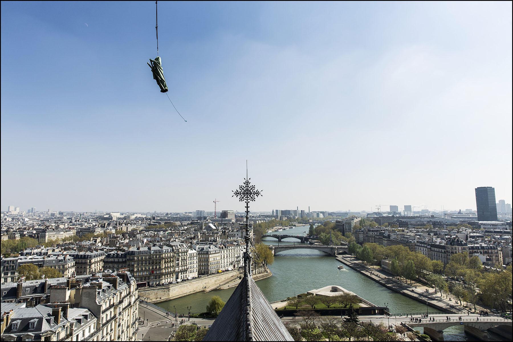 Dépose des 16 statues de la flèche de Notre-Dame de Paris.